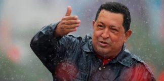 Histórica imagen del presidente Chávez bajo la lluvia.